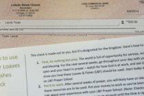 Una iglesia regala un cheque de 500 dólares a cada miembro.