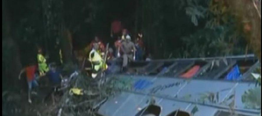 autobus con destino a evento religioso cae en barranco y deja 50 muertos
