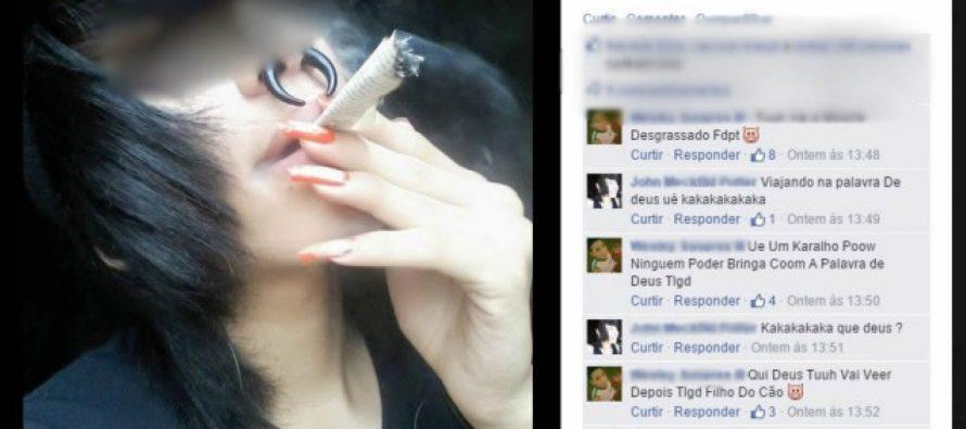 Joven se fuma una página de la Biblia y otro la quema en público en Brasil
