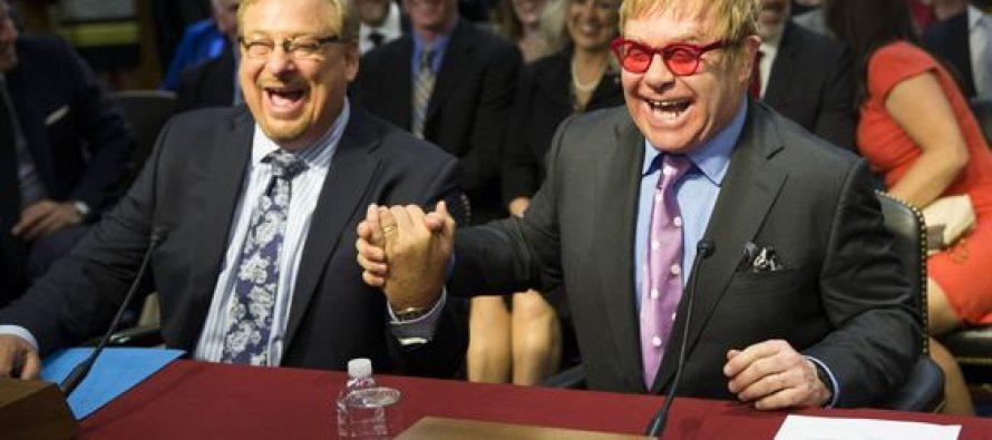 Pastor Rick Warren tomado de la mano con el cantante gay Elton John