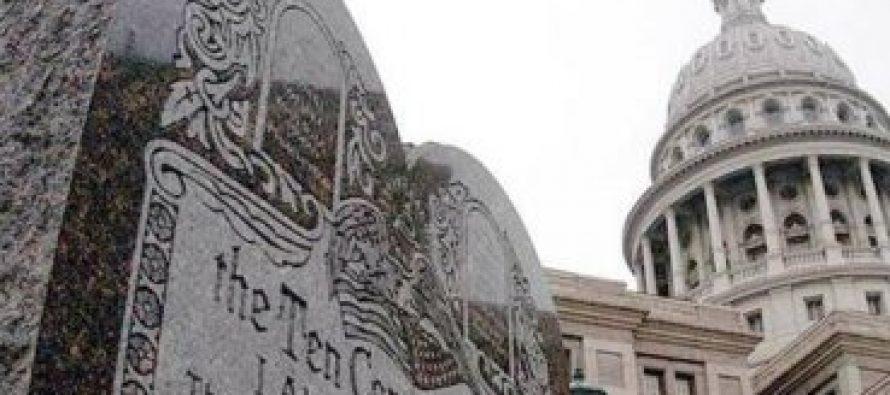 Gobernadora de Oklahoma niega retirar monumento a los Diez Mandamientos
