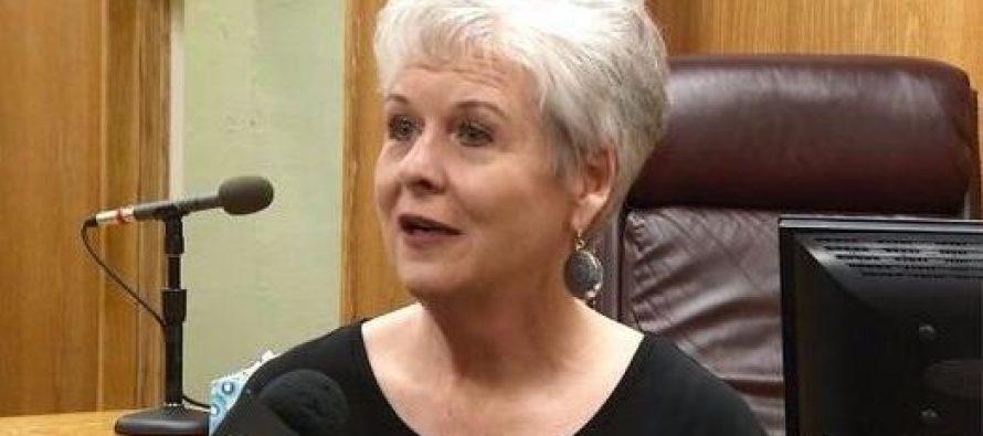Secretaria renuncia para evitar emitir Certificado de Matrimonio Gay