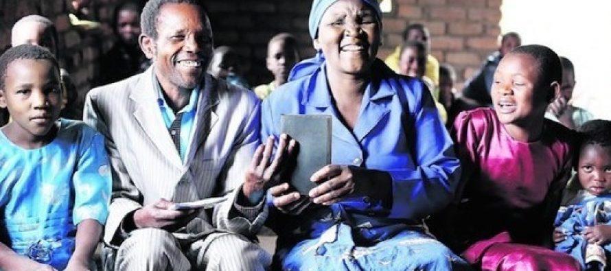 Cristianos africanos se deleitan por su primer Nuevo Testamento en su idioma