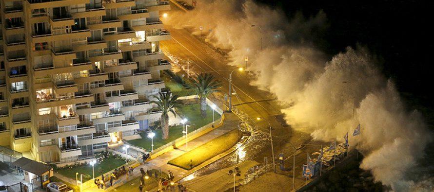 Monstruosas olas arrasan las costas de Chile
