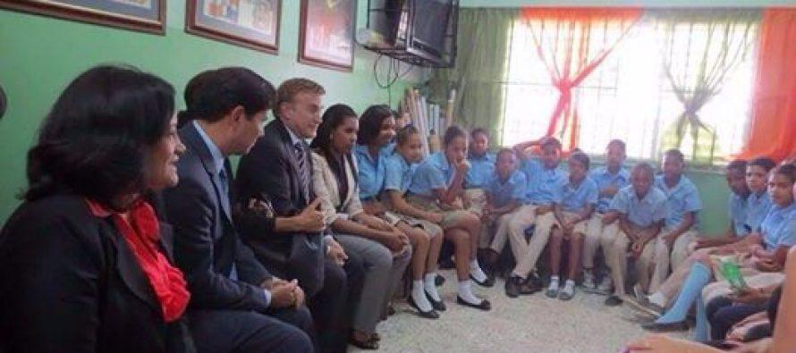Llevando su agenda gay: cae mal visita del embajador norteamericano junto a su esposo a escuelas del país
