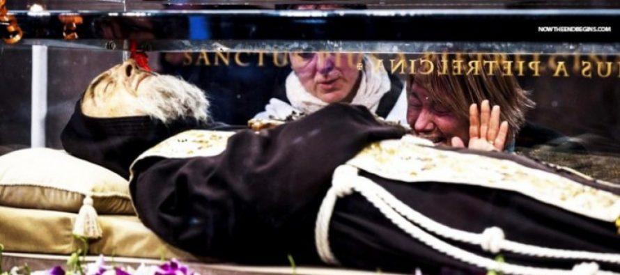 Paganismo Católico: Francisco aprueba adoración del cadáver del padre Pío muerto 1968