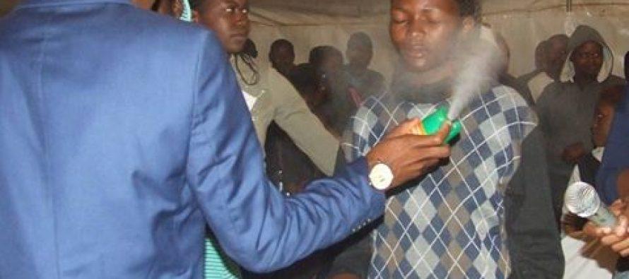 África: Como si fueran moscas falso pastor rocía insecticida a personas enfermas