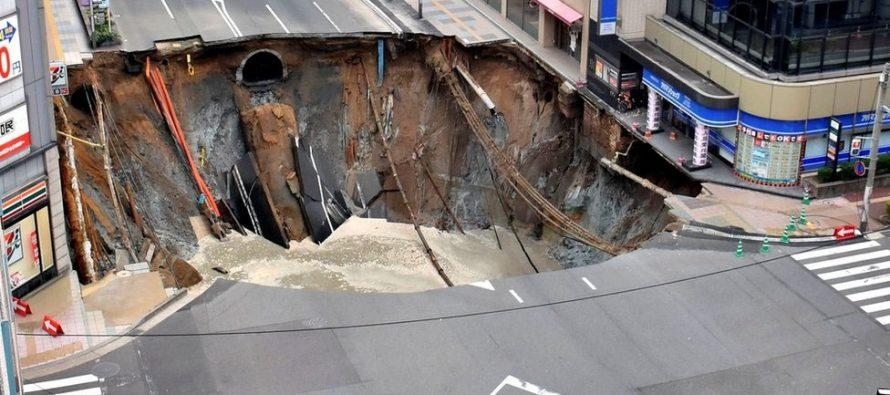 Una calle de cinco carriles en Japón fue tragada por un socavón gigante