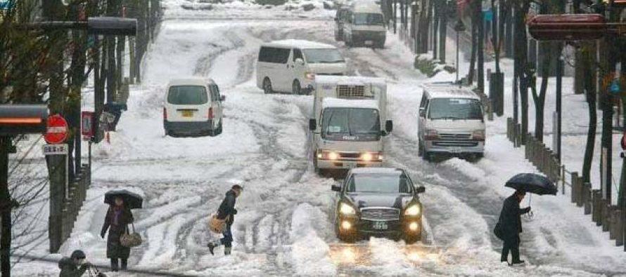 Miles de pasajeros bloqueados por la nieve en el norte de Japón