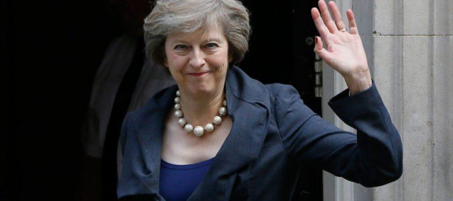 Primera ministra británica criticada por defender su fe
