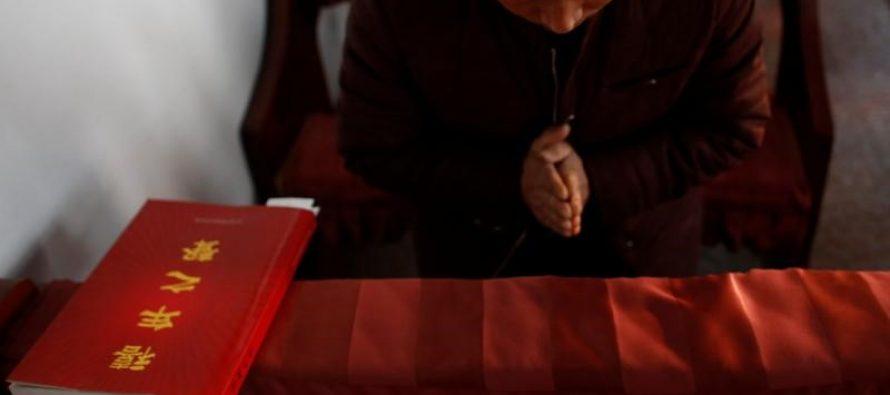 Portar la literatura cristiana es ahora un crimen en China