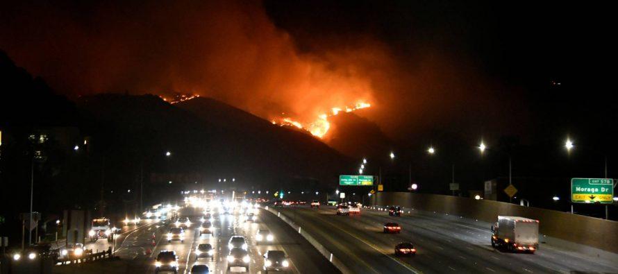 Un nuevo incendio amenaza las mansiones de Los Ángeles.