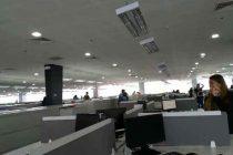 Pánico en oficina durante sismo que causó seis muertos en Filipinas. Video.