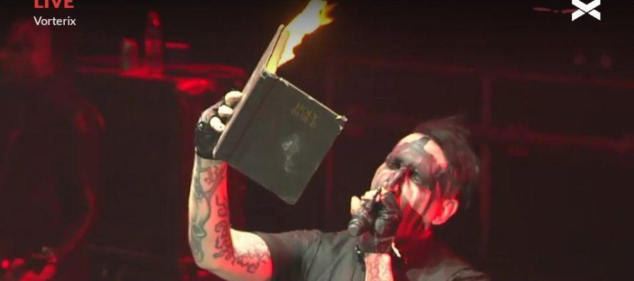 """Marilyn Manson quema Biblia cantando y """"burlándose de la Misma"""" frente a miles de personas."""