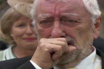 Anciano llora luego de que Dios contestara su oración con la llegada de jóvenes a su casa para adorar y leer la Biblia