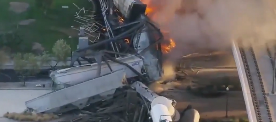 Puente se derrumba en Arizona mientras los socorristas luchan contra un gran incendio de un tren descarrilado (VIDEOS)
