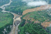 (Video) Miles de evacuados por deslizamiento de tierra que bloquea el río, en Hubei . China