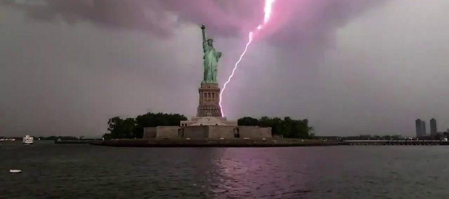 Un rayo impacta contra la Estatua de la Libertad durante una tormenta en Nueva York