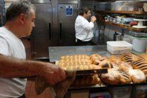 Dios es quien nos ayuda, panadero regala panes con mensajes bíblicos durante la pandemia