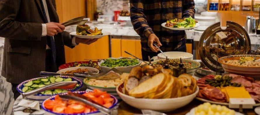 Restaurante en EE.UU. ofrece comida gratis en medio de la escasez nacional de dinero en efectivo