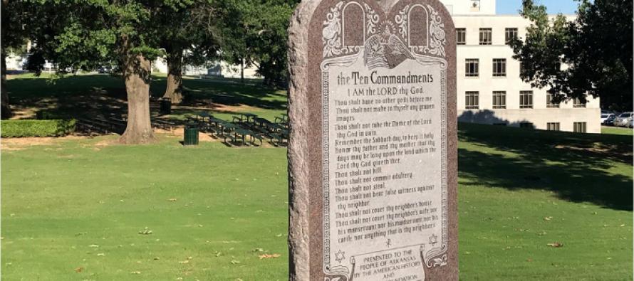 Destruyen monumento de los 10 Mandamientos en EE.UU en medio de disturbios anti-racistas