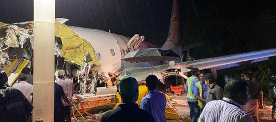 Avión se parte en dos al aterrizar en el aeropuerto de Kerala , reportan muertos y heridos .India – Videos