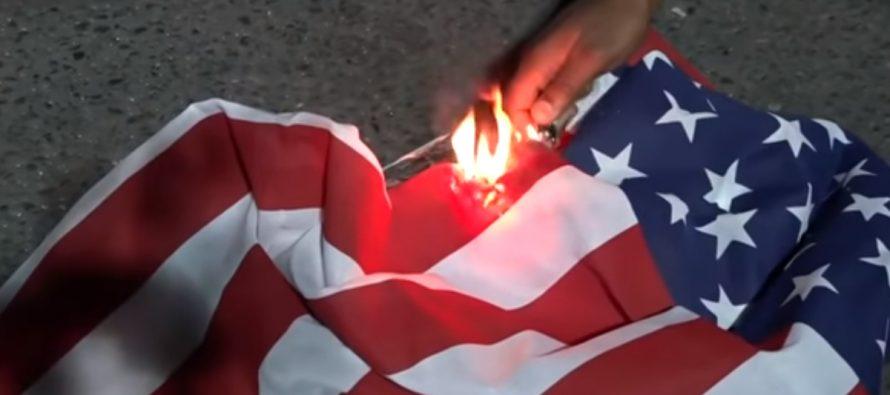 Manifestantes protestan quemando Biblias frente a un tribunal en EE.UU (VÍDEO