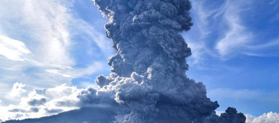 Volcán Sinabung de Indonesia entra en erupción; arroja enorme columna de ceniza